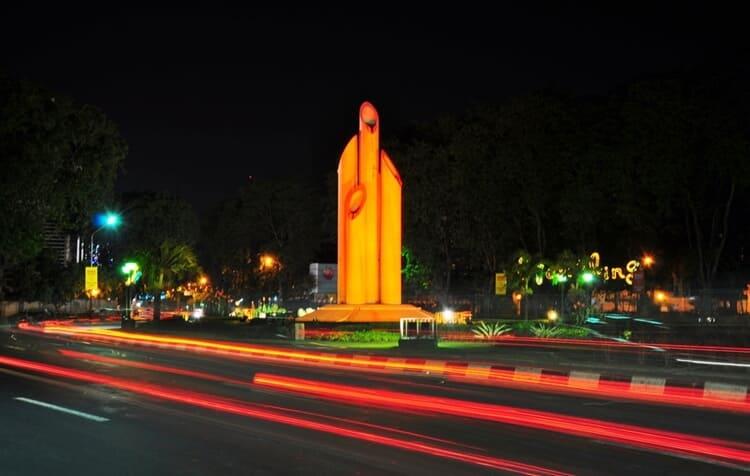 monumen bambu runcing, wisata surabaya paling populer