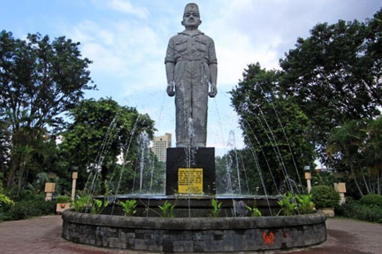 monumen patung gubernur suryo, wisata surabaya bersejarah dan terkenal