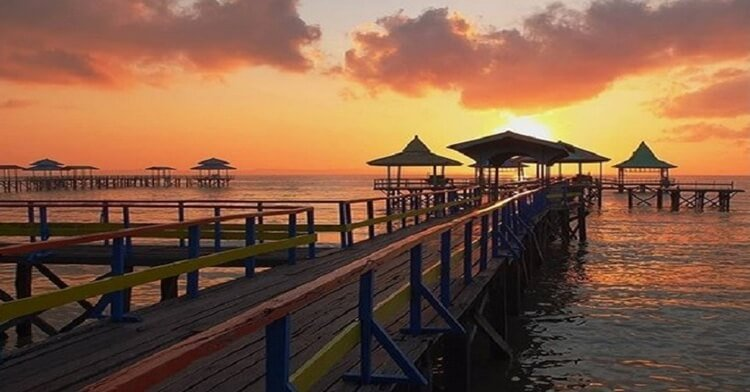 pantai ria kenjeran park, wisata surabaya romantis dengan sunset yang eksotis