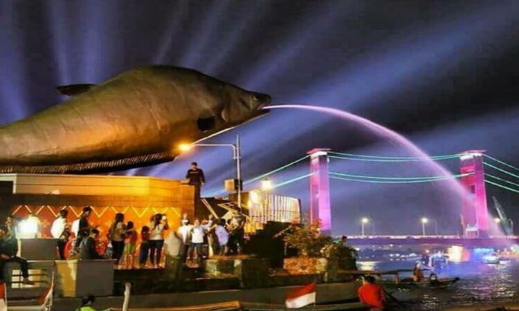 objek wisata palembang tugu ikan belido palembang