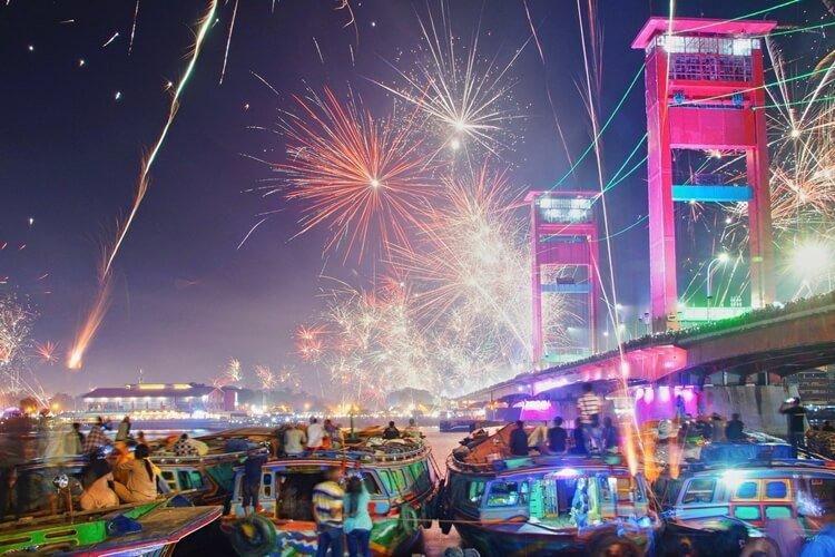 pesta kembang api wisata natal dan tahun baru di jembatan ampera palembang