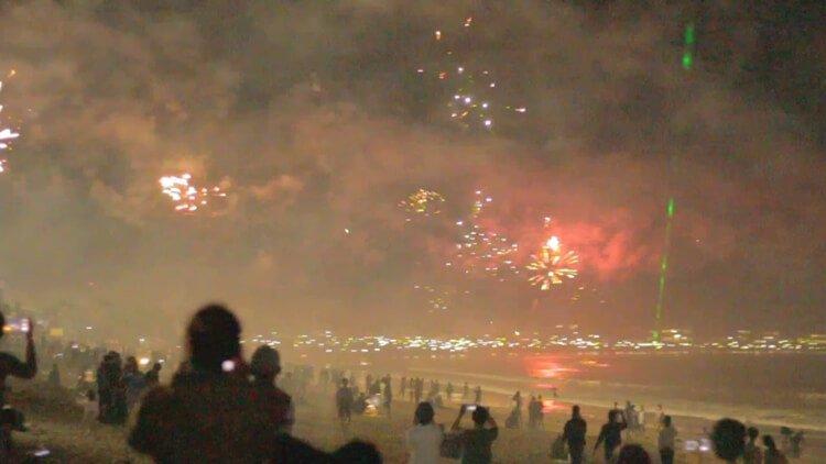 pesta kembang api wisata natal dan tahun baru di pantai santolo garut