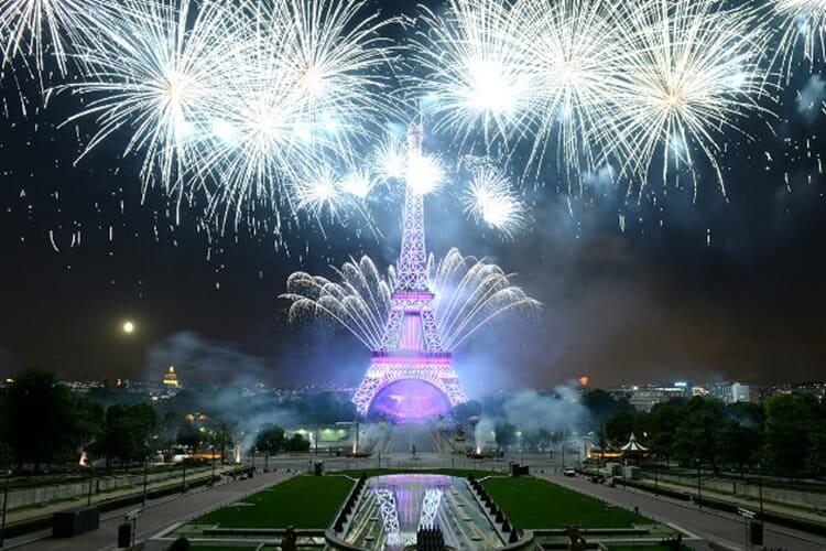 pesta kembang api wisata natal dan tahun baru di menara eiffel paris prancis