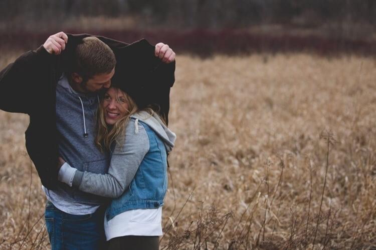 kode cowok, ciri ciri dan tanda gebetan mulai jatuh cinta dan sayang dari sikapnya