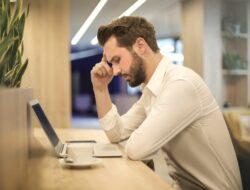 7 Cara Mengatasi Stres saat Bekerja beserta Penyebabnya