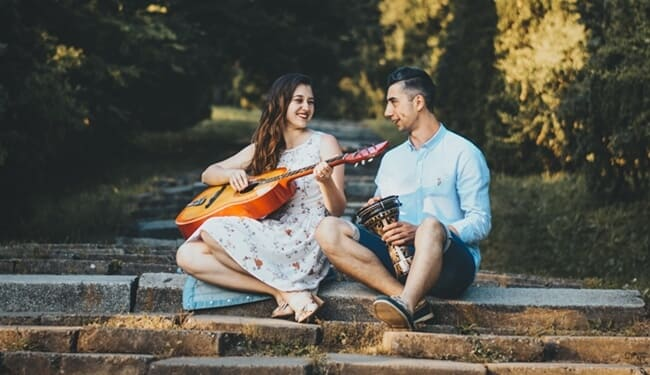 manfaat mendengarkan lagu barat romantis bersama pasangan
