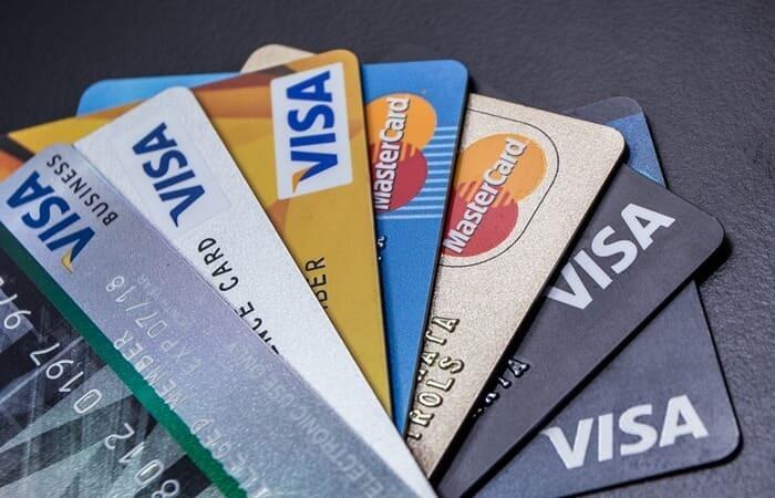 perbedaan kartu kredit dan kartu debit