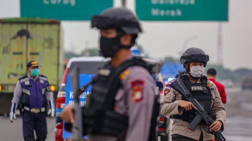 alasan polri terunkan personel bersenjata lengkap jaga penyekatan mudik lebaran 2021