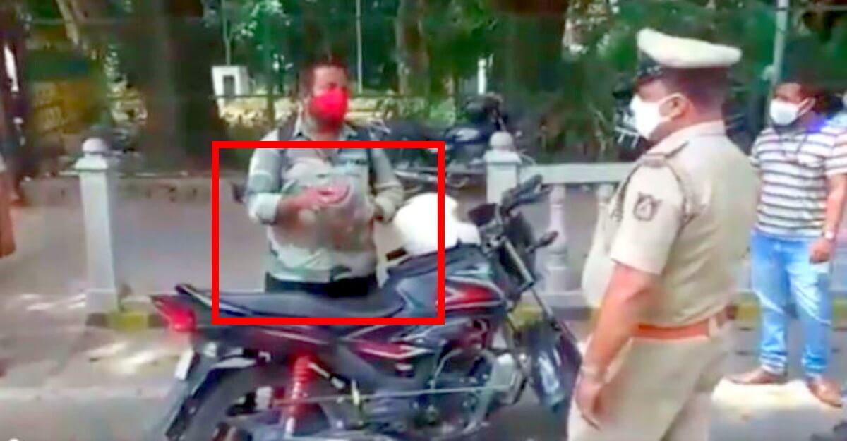 seorang pemotor di india keluarkan ular kobra dari tasnya