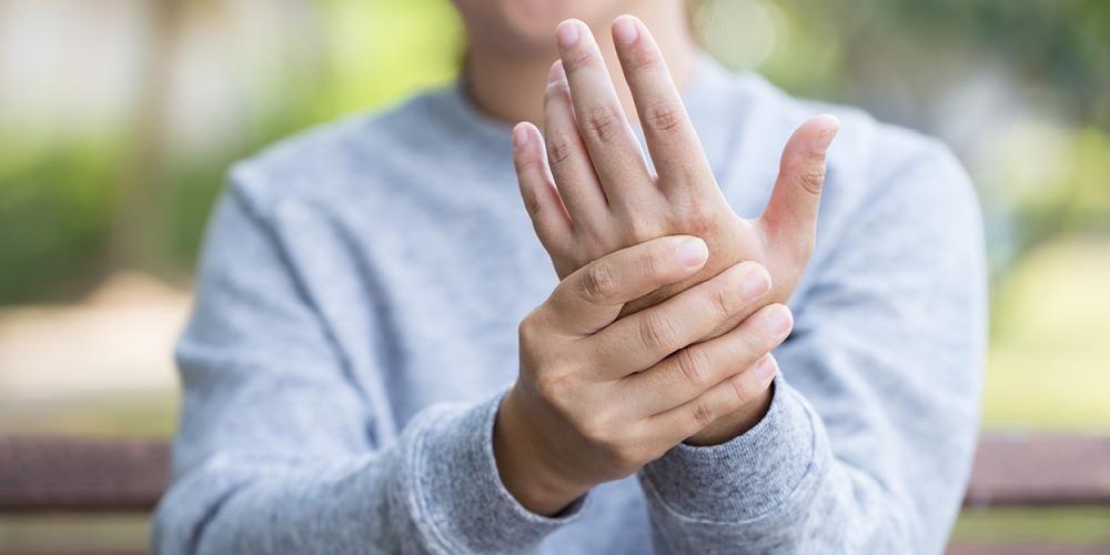 penyebab dan cara mengobati nyeri sendi pergelangan tangan